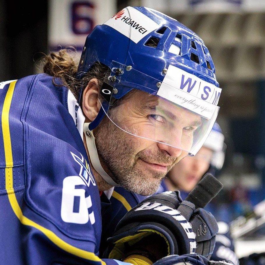 Legende har spillet professionelt ishockey i fem årtier
