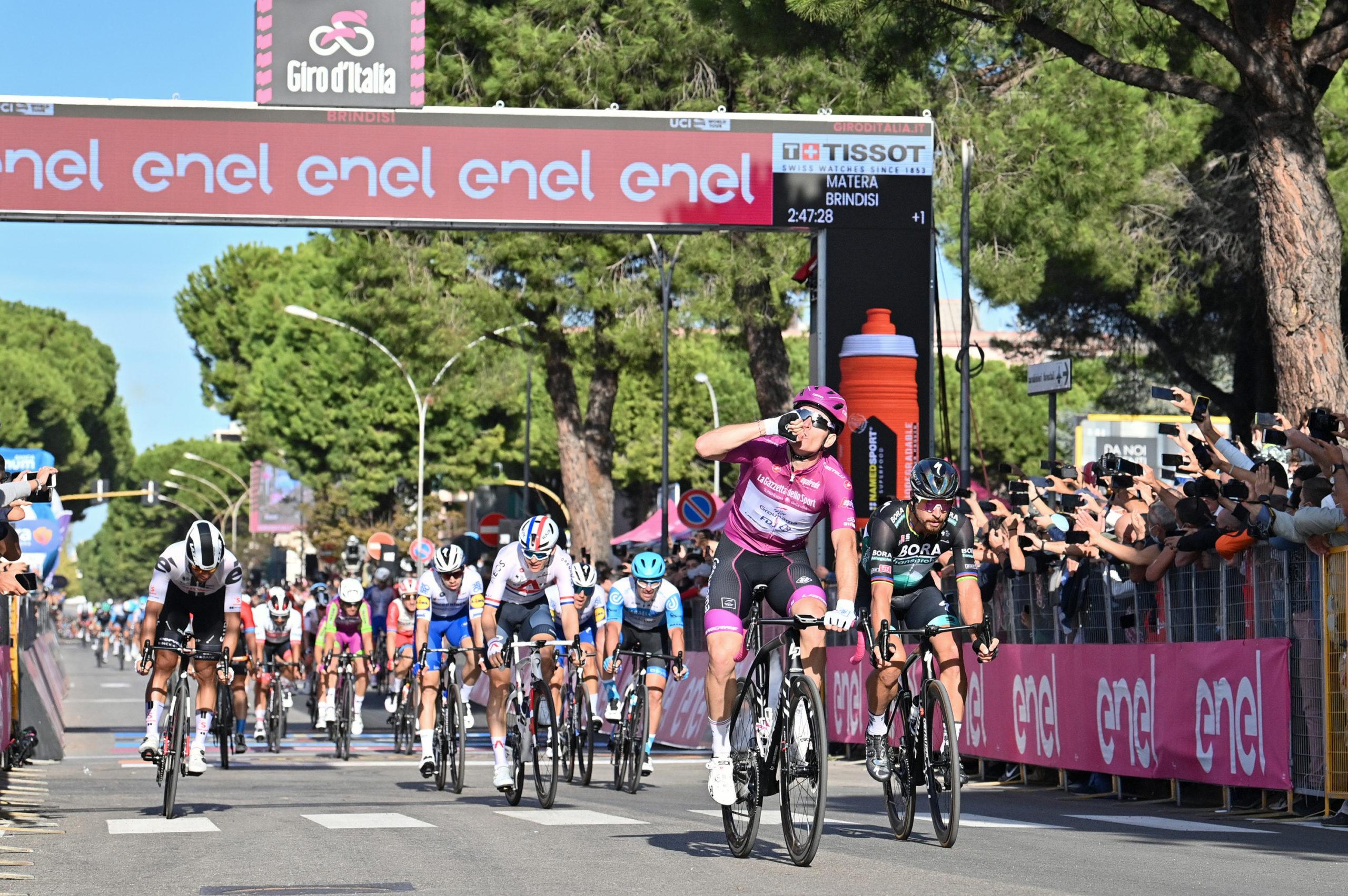 51.234 km/t. Démare vandt den hurtigste etape i Giro'en nogensinde