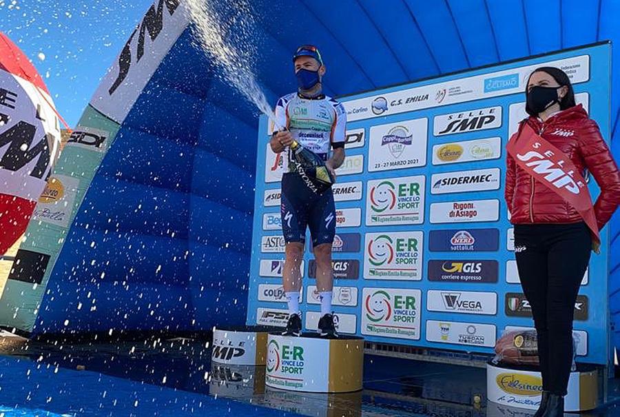 Mark Cavendish i førertrøje i Italien